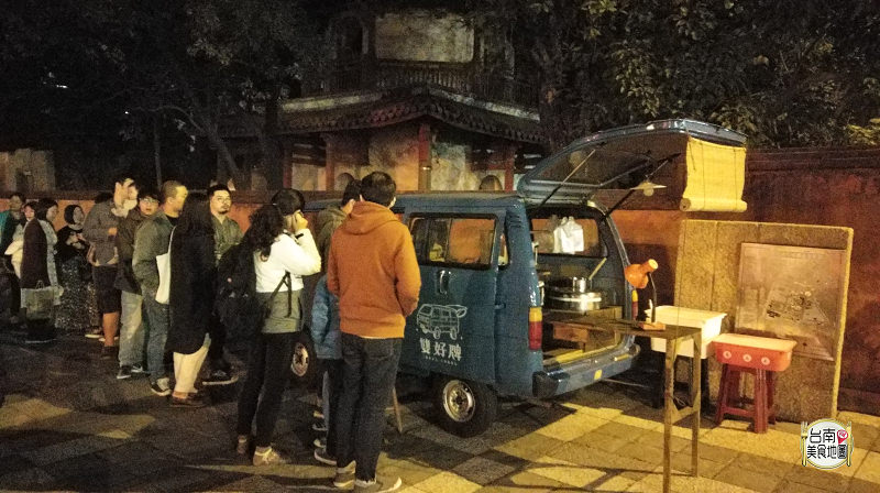 【台南-全區美食】消夜新選擇,只賣番麥濃湯、克林姆餐包,沒開門就在排隊,平價美食再一發