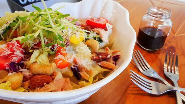 【台南市-東區】商業午餐、下午茶點心、輕食沙拉、晚餐聚會『黑鐵意思料理』提供多元餐點,種類豐富~適合聚餐、約會、親子共食的好所在喔ӦvӦ。