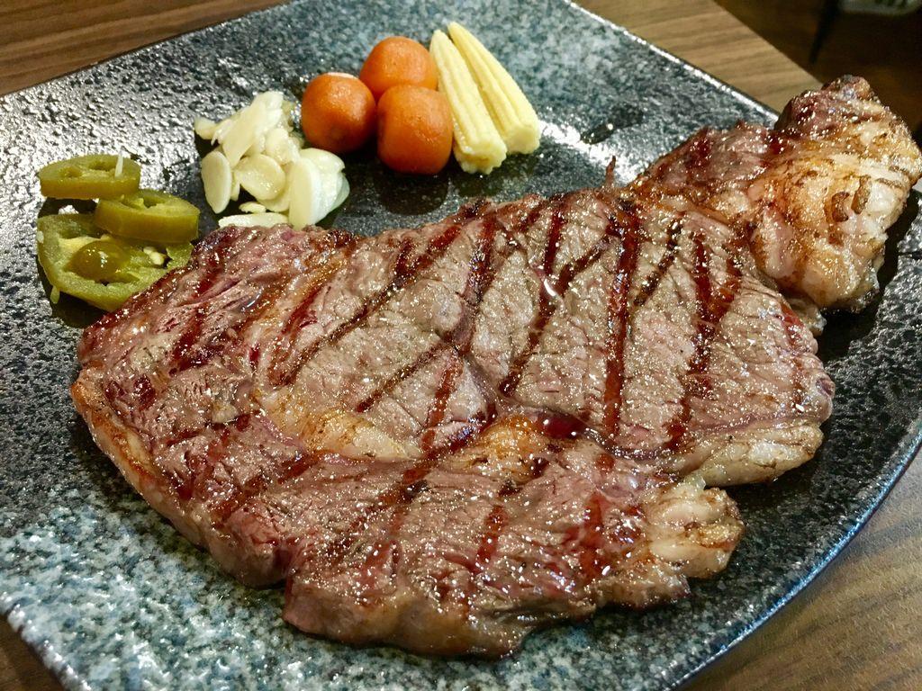【台南市-東區】哞王原味炭烤牛排 原塊碳烤牛排再升級,PRIME肋眼平價也吃的到 成大商圈 火車站美食